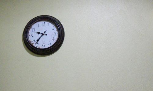 Estetycznie wykonane ścienne zegary reklamowe